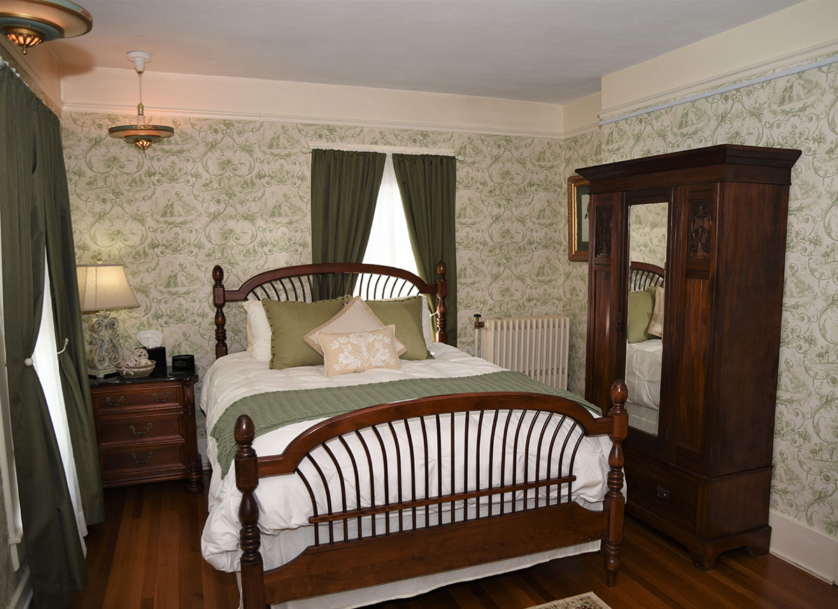 Oakbrook Room at Grand Colonial Bed and Breakfast in Herkimer